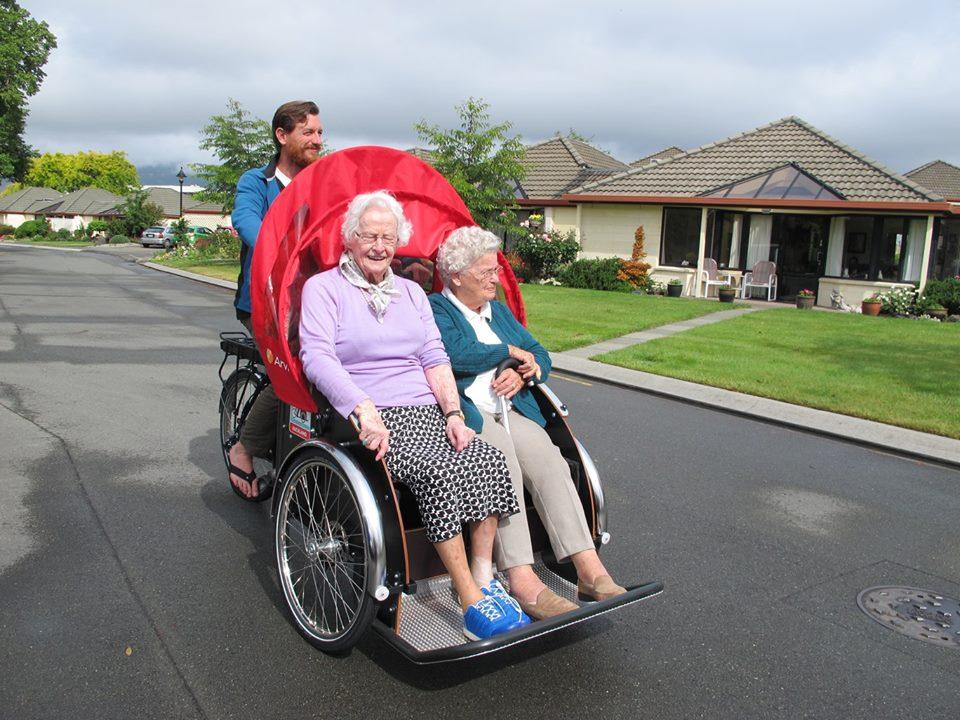 To eldre damer koser seg på tur